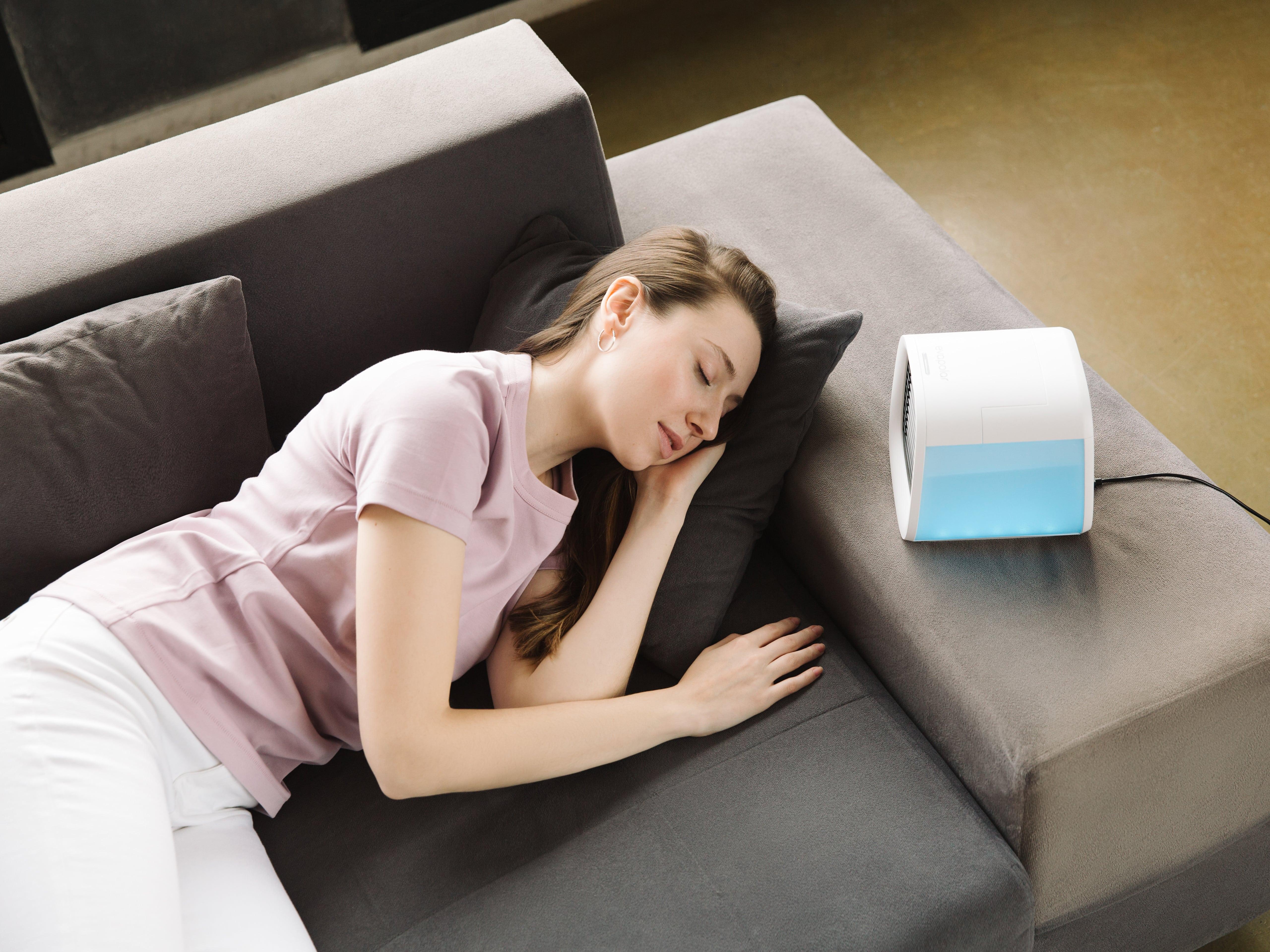 Femme dormant à côté du rafraîchisseur d'air Eva-chill